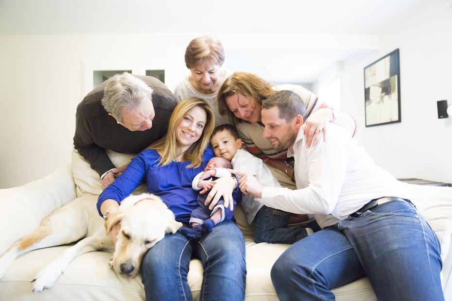 Photographe-famille-naissance-avec-les-grands-parents-tous-reunis