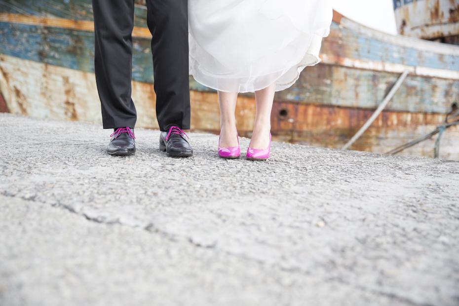 Détails photo des chaussures des mariés