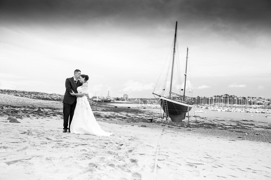Photo noir et blanc romantique de jeunes mariés à Camaret sur mer