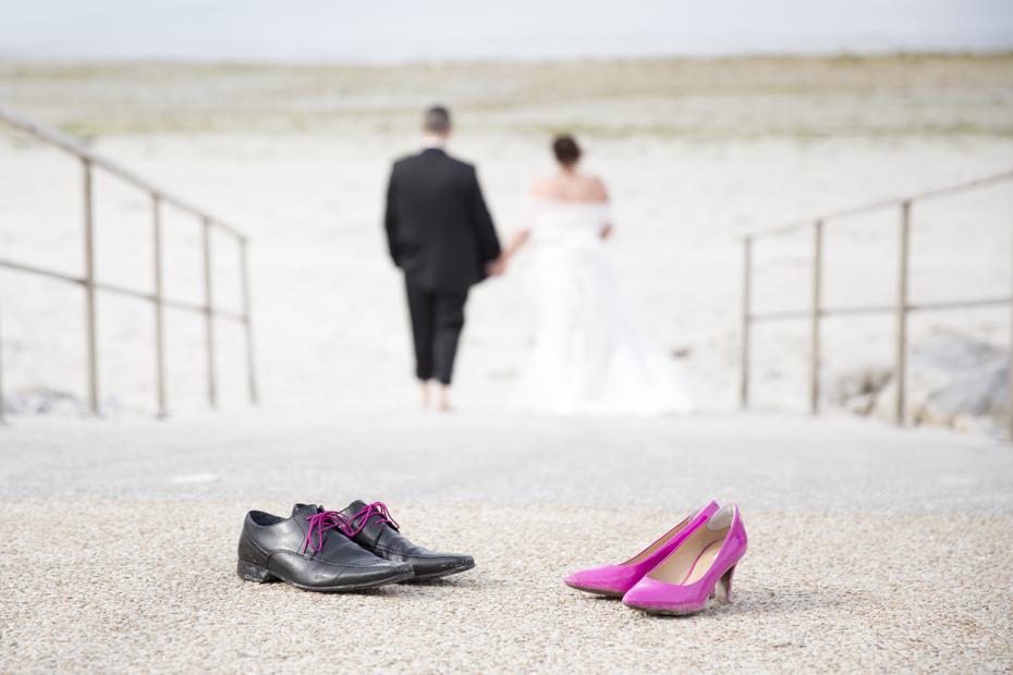 Les mariés laissent leurs chaussures pour partir à la mer Finsitère